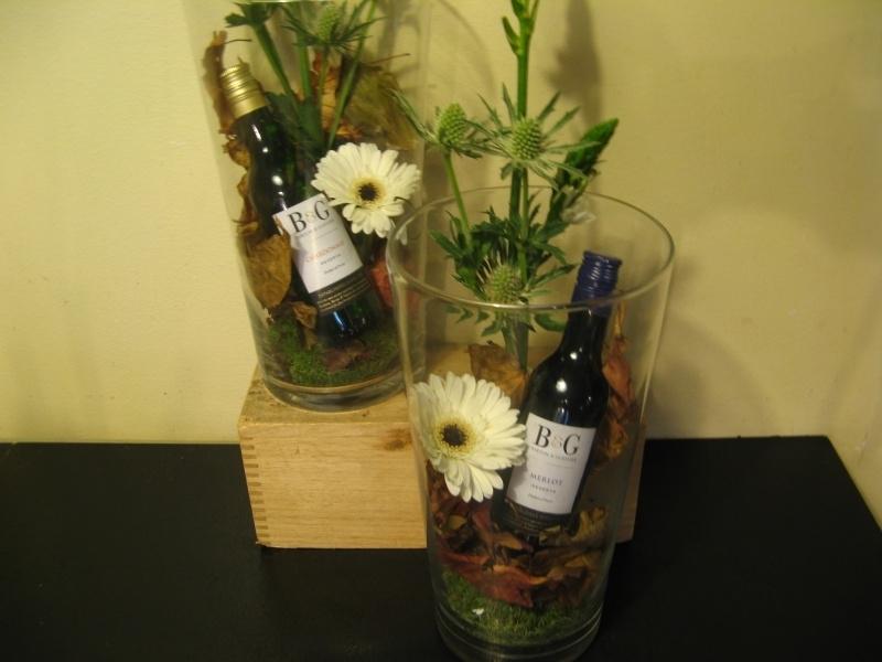 Glazen vaas met flesje wijn € 13,95
