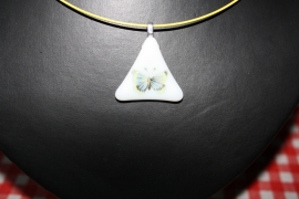 Geel vlindertje op wit driehoekje