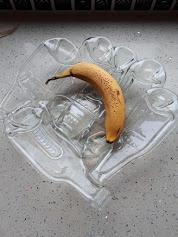 Doorzichtige fruitschaal van cider flesjes