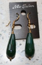 donker groene jade met vergulde oorhaakjes
