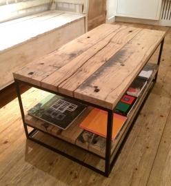Stoere tafel van eiken wagondelen en staal