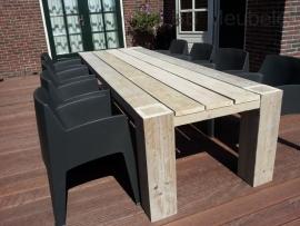 Tafel Bikkel doorloop, steigerhouten tafel met dichte vierkanten poten door het blad
