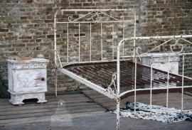 Twee geleefde nachtkastjes wit (130267)..verkocht