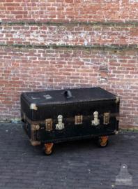 Oude kledingkoffer op wielen (138282)