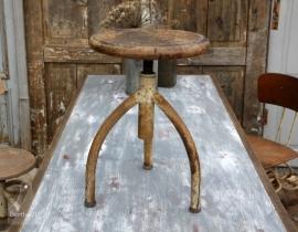 Oude geleefde industriële kruk (131430)..verkocht