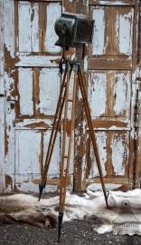 Industriële lamp op houten statief (131547) verkocht