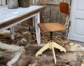 Oude bureaustoel op wieltjes (131433)..verkocht