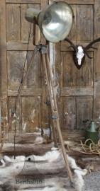 Industriële lamp op houten statief (131426) verkocht