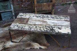 Industriële salontafel op ijzeren steunen (131032) verkocht