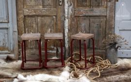 Oude geleefde schoolkrukken (131435 t/m 131441)...verkocht