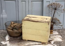 Oude geleefde kist met klep (131297)..verkocht