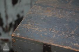 Oude verzendkist op wielen (136544)