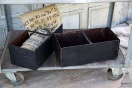 2 ijzeren zwarte bakken met handvat (131752 , 131753)..verkocht
