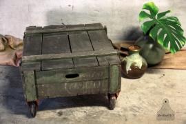 Oude kist op wielen (132431, 132466, 132467)...verkocht