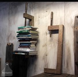 Grote boekensteun van houtklem (132489, 132490)..verkocht