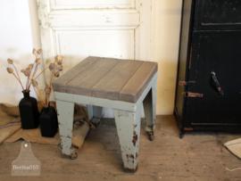 Ijzeren kruk/bijzettafel op wielen (134925) verkocht