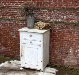 Antiek geleefd wit kastje (131502)..verkocht