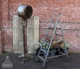 Stoere industriële trap van hout en ijzer (132111)..verkocht