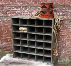 IJzeren vakkenkast met oud hout (131500)..verkocht