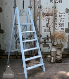 Landelijke lichtblauwe trap (130594)..verkocht