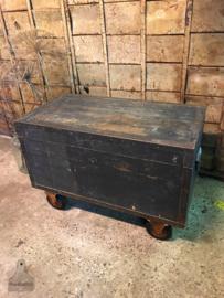 Oude geleefde kist (138541) verkocht