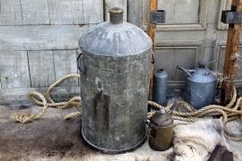 Oude petroleum ton van ijzer (131830)