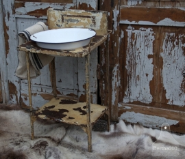Oud ijzeren wastafel met emaille bak (131555)..verkocht
