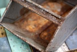 Diverse industriele metalen bakken (130767)