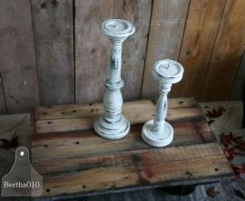 Landelijke houten kandelaars (130023 en 130024)..verkocht