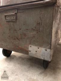 Oude verzendkist op wielen (144090) verkocht