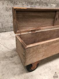Lange houten kist op wielen (144062) verkocht