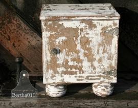 Landelijk kastje met ronde poten (130156)..verkocht
