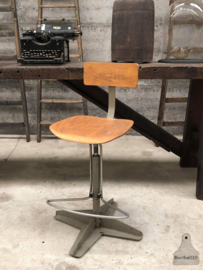 Oude atelierstoel in hoogte verstelbaar (144148)
