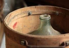 Turquoise gistfles in authentieke kist (132277)