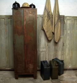 Oude twee-deurs locker met mooi patina (132632)..verkocht