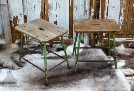 Oud ijzeren krukje met houten blad (131376)..verkocht