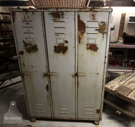 Oude geleefde locker (131930)...verkocht