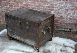 Oude verzendkist op wielen (131213)..verkocht