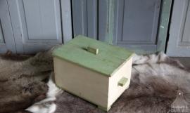 Oude geleefde kist met deksel (131124) verkocht