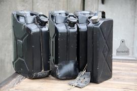 Oude geleefde jerrycan zwart (131793/131794/131795) verkocht