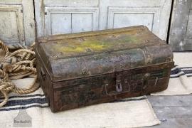 Reiskoffer van doorleefd ijzer (132027)..verkocht