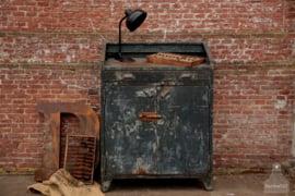 Oude ijzeren fabriekskast (136183)