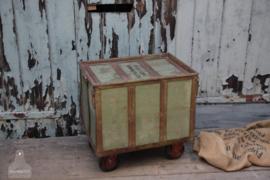 Oude textielkist op wielen (136539)..verkocht