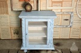 Landelijk blauw kastje met verroest gaas (130983)