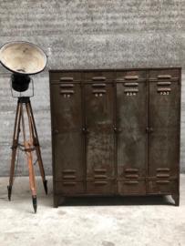 Oude 4-deurs locker, lang en smal (144385) verkocht