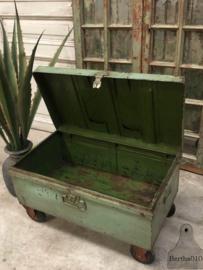 Groene ijzer kist op wielen (144072) verkocht