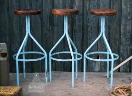 Industriele krukken met blauw onderstel (130383, 130384 en 130385)..verkocht