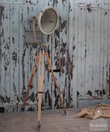 Oude fabriekslamp op houten statief (136541) verkocht
