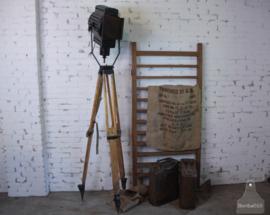Oude theaterlamp op houten statief (136060)..verkocht