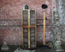 Industriële kast met paneeldeuren (130901)..verkocht
